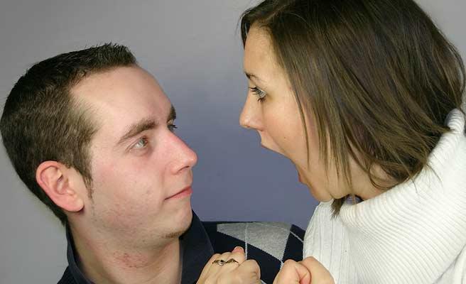 夫に怒る女性