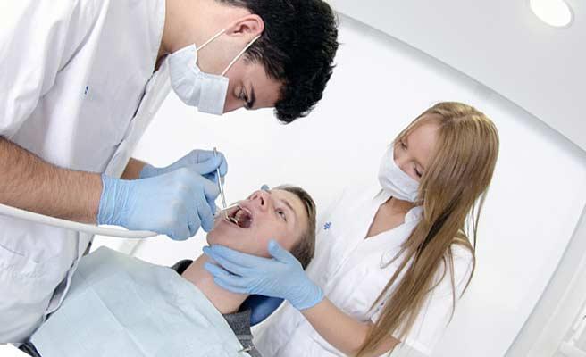 歯の治療をする医者