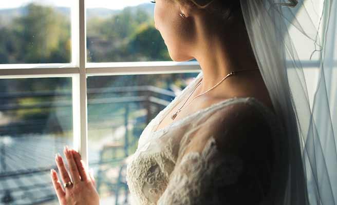 窓から外を見る花嫁