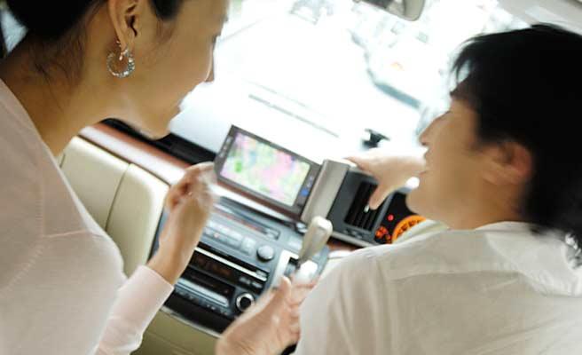 車内で接近するカップル