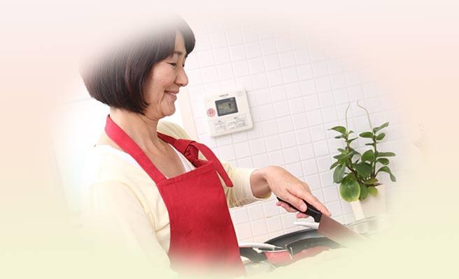 料理する中高年の女性