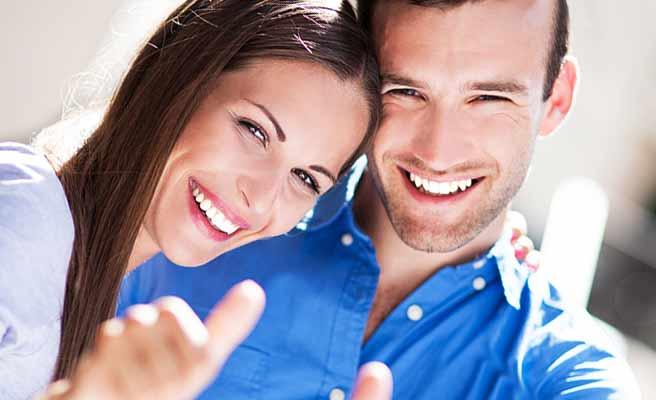 笑顔で頬寄せ合うカップル
