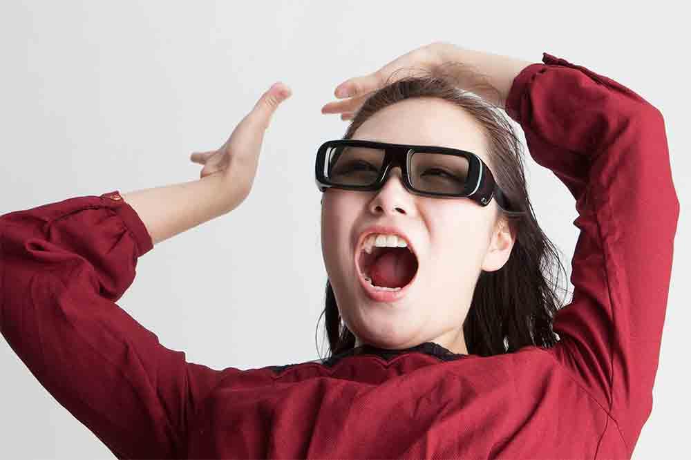 3D眼鏡をかけて映画鑑賞する女性