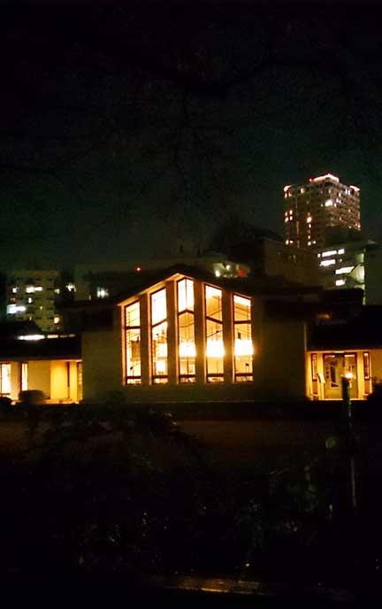 ふたりで身を寄せ合って眺める夜の灯りは、とてもロマンチックです!