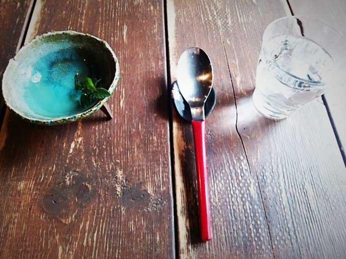 味わいのある木のテーブルになんだか懐かしさのあるスプーンが素敵