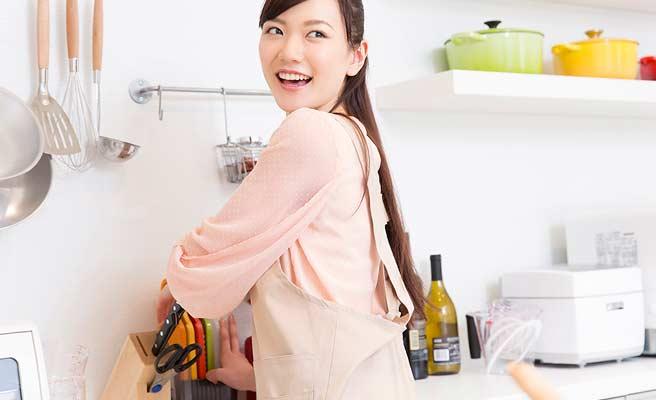 台所で家事をする女性
