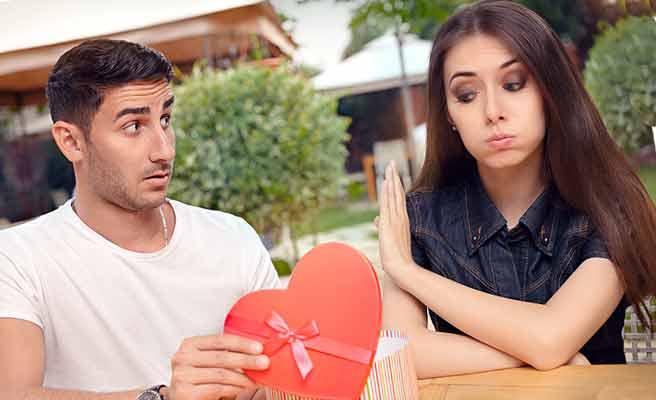 男性のプレゼントを不機嫌な顔で拒絶する女性