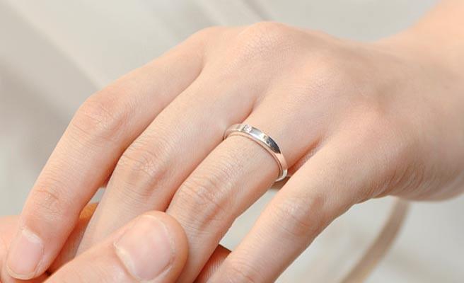 女性の指にはまる指輪