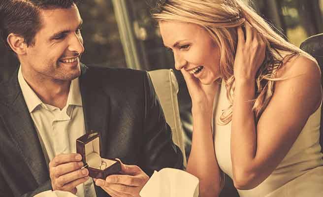 男性から指輪を見せられて喜ぶ女性