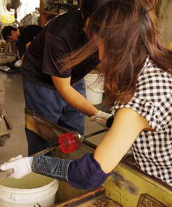ガラス工芸品を作る女性