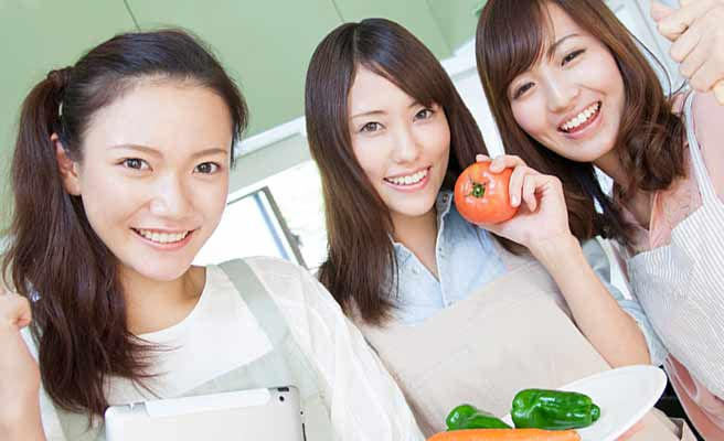 女性3人で料理を作る