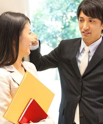 職場で会話する男女