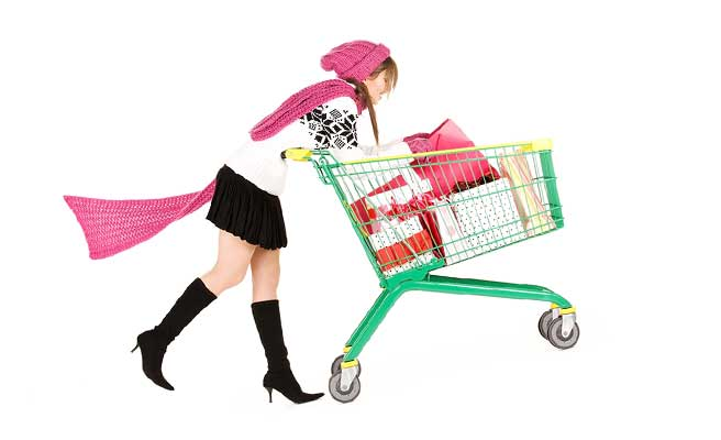 買い物カートいっぱいに買い物してるワガママな女性