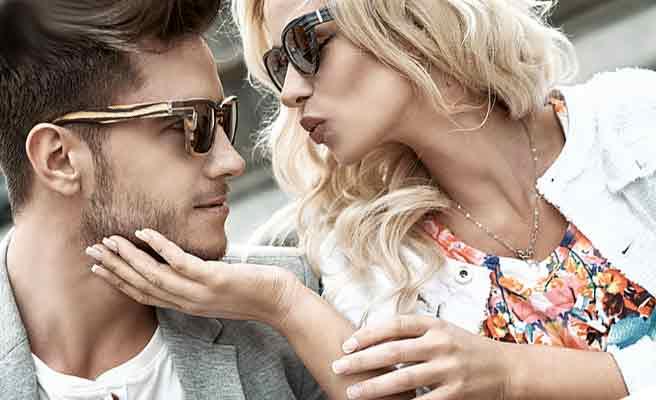 彼女にキスをねだられる男性