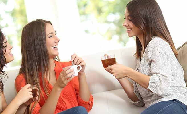 女友達と会話する女性