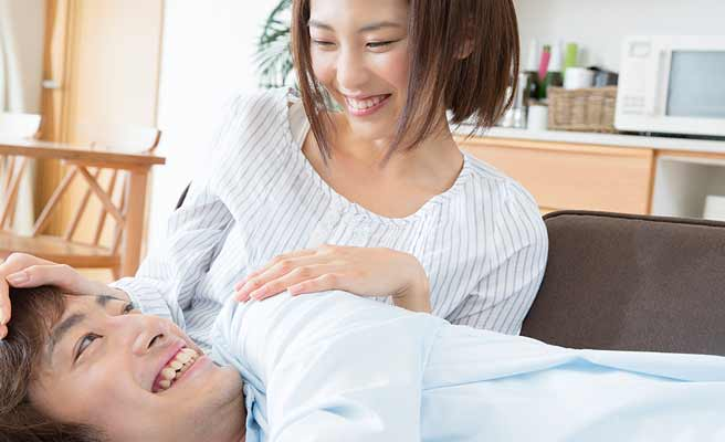 彼氏を膝枕でねせる彼女の笑顔