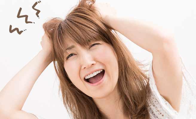 髪の毛を掻きむしりヒスを起こす女性