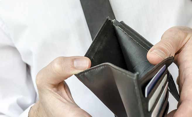 財布の中身を見る男性
