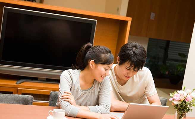 夫婦でパソコンを操作する