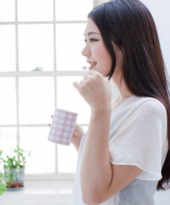 朝の歯磨きをする女性