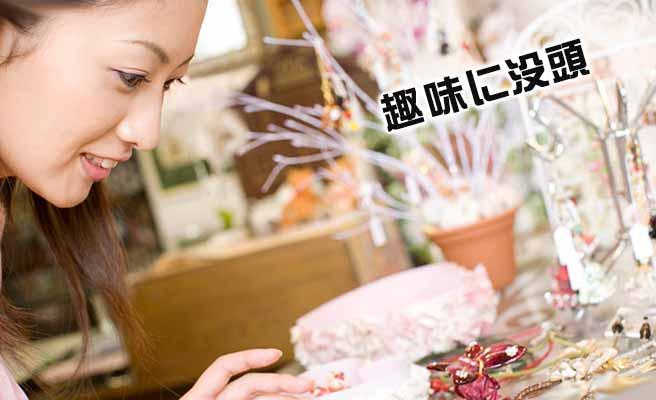 手工芸に夢中な女性