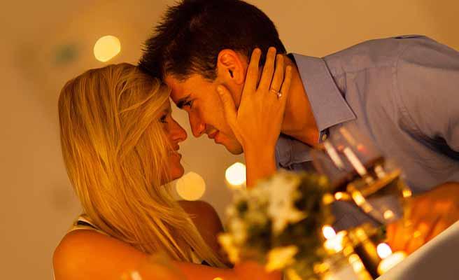 レストランでデートするカップル