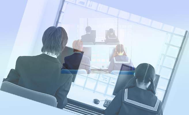 パソコンのモニターに向かって座る男女の学生