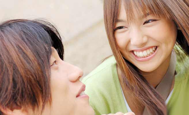 男性に笑顔で話しかける女性