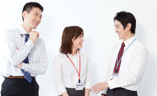同僚と会話する会社員