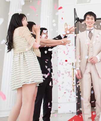 結婚式に出て祝福する