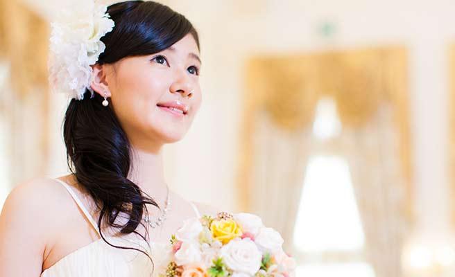 花嫁が胸に花束を抱える