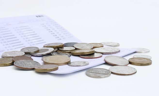 銀行通帳とコイン