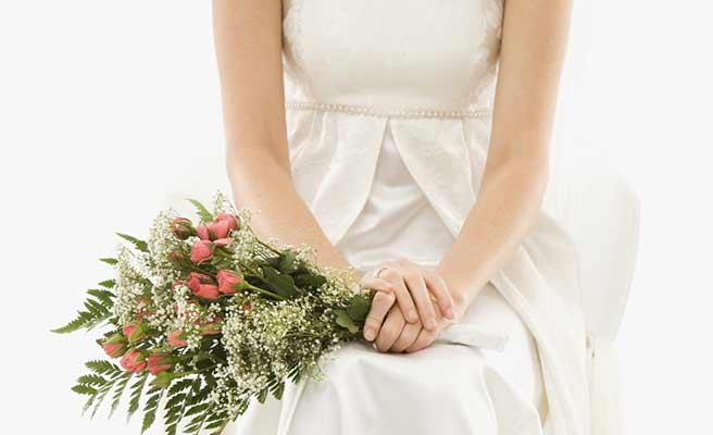 花束を持って座る花嫁
