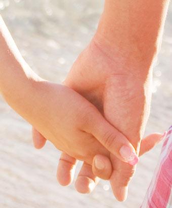指を交互に絡める男女の手