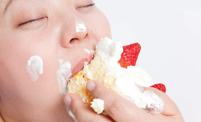 ケーキに食らいつく女性