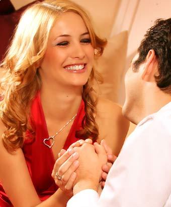 男性の手を取る笑顔の女性