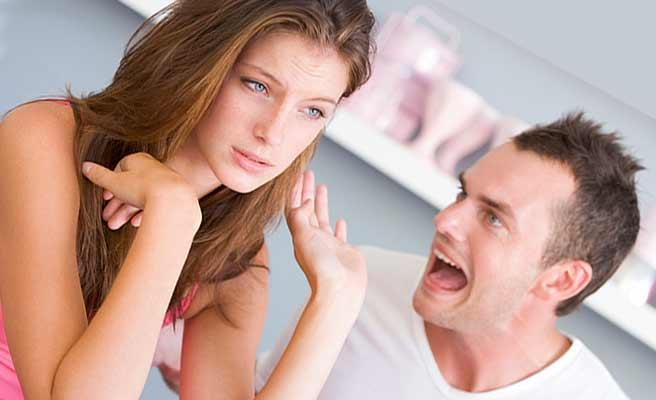 わめく彼氏を手で遮る女性