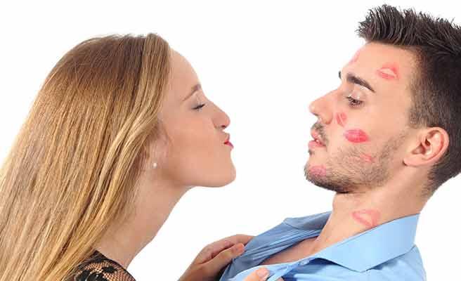 男性にキスをねだる女性