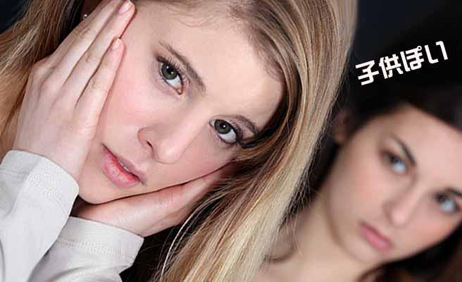 頬を両手で押さえながら悩ましい顔の女性