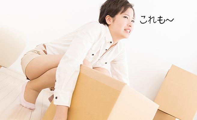 段ボール箱を持ち上げる女性