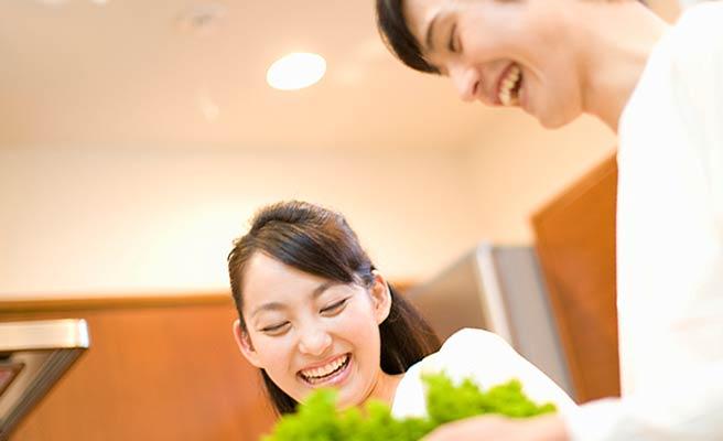 夫婦で料理を作る