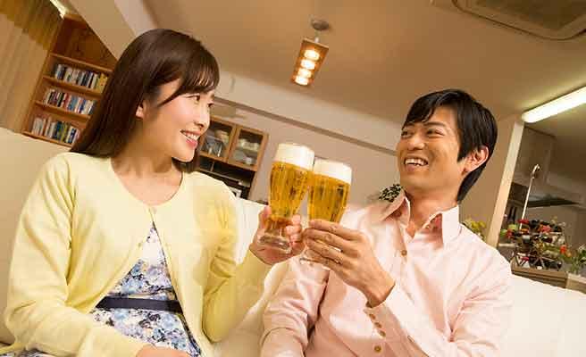 ビールで乾杯する夫婦