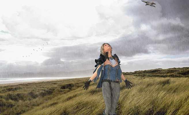 荒野の中で空を仰ぎ見る女性