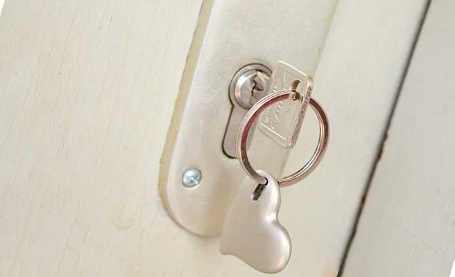 鍵が差し込まれたままのドア