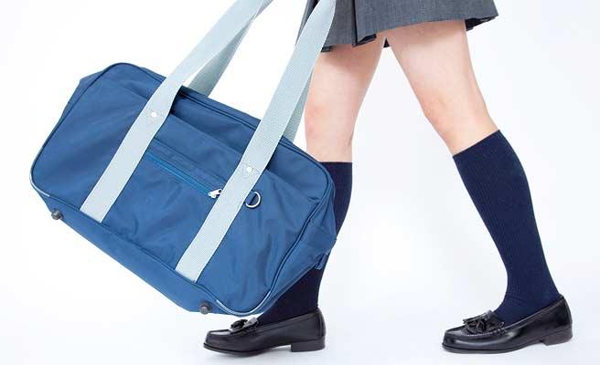 短めのスカートで歩く女生徒