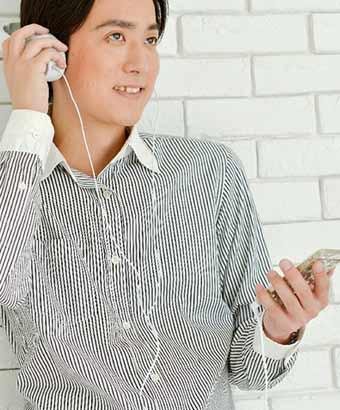 スマホで音楽を聴く男子