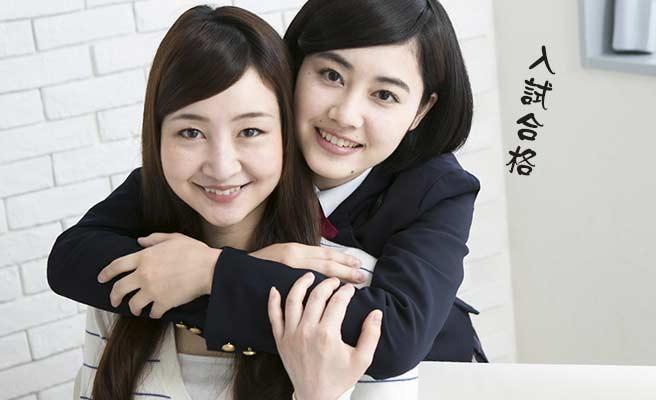 母親に抱きつく女子中学生
