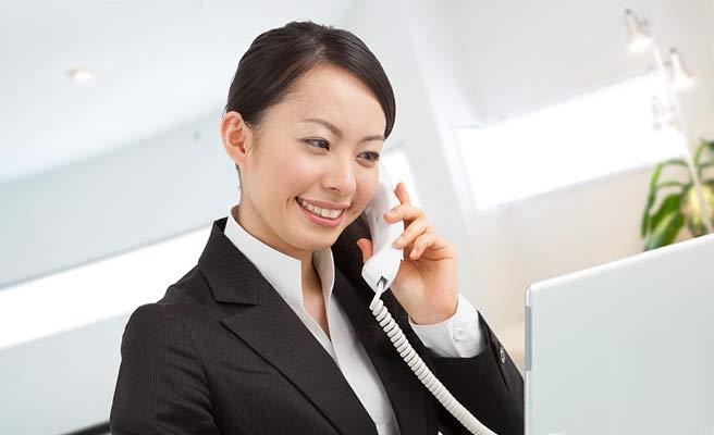 事務所で電話する女性職員