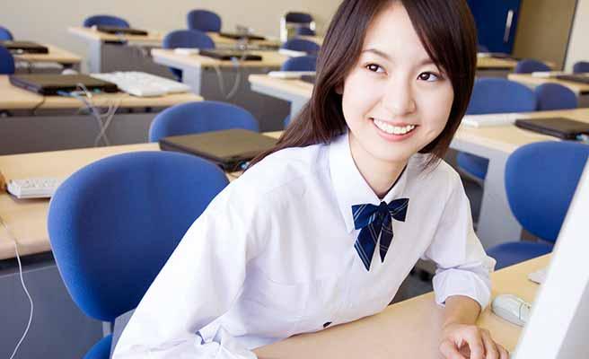 教室に女子学生が一人