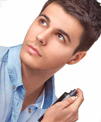 首筋に香水を吹きかける男性